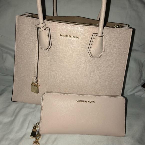 420142a500bd BRAND NEW 💘 Michael Kors purse and wallet set